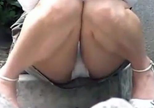 【 盗撮動画 】街中で無防備にしゃがみ込んでるミニスカお姉さん達の股間を隠し撮りwww
