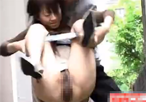 【 盗撮動画 】野ションしてるお姉さんに悪戯…抱きかかえて強制M字開脚でオシッコ放出させるwww
