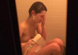 【 盗撮動画 】民家に侵入して風呂場の窓の隙間から発育途中の美少女の裸体を覗き見www