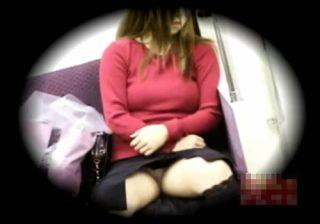 【 隠撮動画 】電車内の対面に座る巨乳ギャルのパンスト越しに見えるパンツが妙に興奮するんだがwww