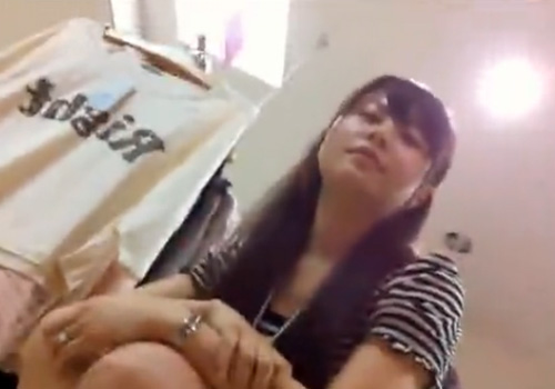 【盗撮動画】アヒル口で激カワショップ店員さんの胸チラと逆さ撮りパンチラの撮影に成功www