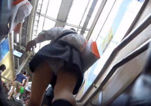 【 盗撮動画 】通学中の可愛い制服女子校生を尾行してミニスカ内のパンツをずっと逆さ撮りwww