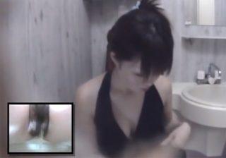 【 盗撮動画 】巨乳お姉さんが洋式トイレでおしっこした後にタンポンを替えてる様子www