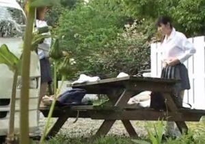 【 盗撮動画 】近くに更衣室がなく柔道部のJKが野外で制服から道着に早着替えをリアル隠し撮りwww