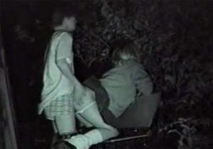 【 隠撮動画 】夜中の公園ベンチで青姦SEXして乱れてる学生カップルを赤外線カメラで覗き見www