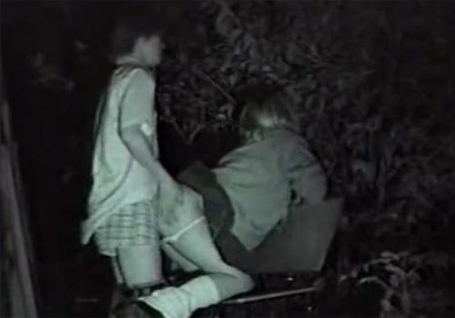 【 盗撮動画 】夜中の公園ベンチで青姦SEXして乱れてる学生カップルを赤外線カメラで覗き見www