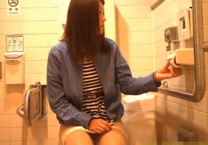 【 盗撮動画 】公衆トイレで無防備に用を足す清楚なお姉さんを隠しカメラで撮影www