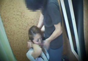 【 盗撮動画 】「お客様、困ります…」アパレル店員が試着室で裾上げ中に男性客のチンポを強制フェラwww