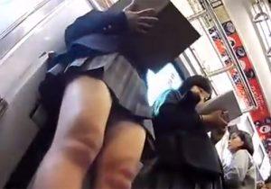 【 盗撮動画 】電車内で無防備に隙を見せる素人制服JKの生パンツをカバンに忍ばせたカメラで隅々まで激撮!