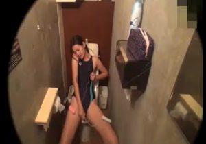 【 隠撮動画 】スポーツクラブの女子トイレで競泳水着お姉さんが「イク!イク!」と絶頂オナニーwww