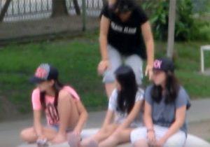 【 盗撮動画 】ロリコン野郎が公園で遊んでるショーパン姿のJS少女のピチピチ生脚を望遠カメラで隠し撮りwww