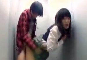 【 盗撮動画 】制服ロリJKが小遣い稼ぎの為に公衆トイレで援助交際してる様子を隠し撮り!!!