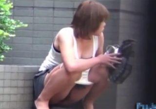 【野外盗撮動画】住宅街の道端で野ションする女性…通行人に見つかるも止まらないwww