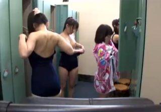 【着替え盗撮動画】スイミングスクールの更衣室でJS少女たちの幼い裸体を覗く!!!※ロリコン歓喜www