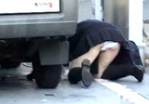【パンチラ盗撮動画】車体の下に落とした携帯を取る制服JKと自転車倒したミニスカギャルのハプニング映像www