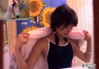 【着替え盗撮動画】海の家の更衣室で海水浴に来た素人のビキニギャルとスク水ロリ少女の裸体を覗き興奮www