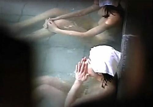 【風呂盗撮動画】山奥の露天風呂で張りのあるおわん型巨乳の美女お姉さん達を見つけたwww