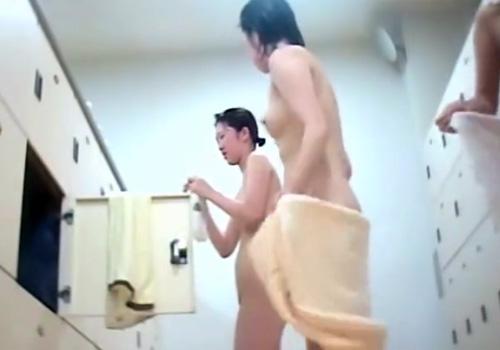 【脱衣所盗撮動画】スーパー銭湯の脱衣所にカメラを設置…お姉さんと人妻たちの素晴らしい裸体を捉えるwww