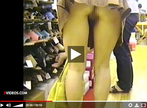 【無修正盗撮動画】靴屋さんでミニスカギャルのパンチラ隠し撮り…ノーパンでマンコ丸見えワロタwww