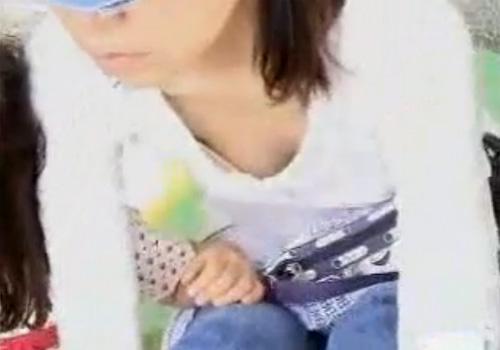 【胸チラ盗撮動画】街中で子連れママ達のユルユルな胸元を狙いカメラをズームインwww