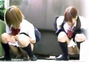 【野外盗撮動画】学校から帰宅途中にJKが友達と連れション…隠し撮りされてますよwww