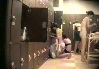【脱衣所盗撮動画】日焼け跡残る少女やギャルや熟女の裸体を潜入した女盗撮師による超接近撮りwww