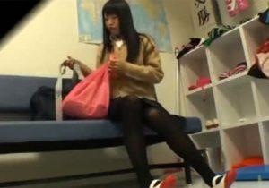 【着替え盗撮動画】名門水泳部の美少女女子校生が更衣室で着替えてる様子を覗けると話題www