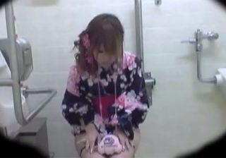 【トイレ盗撮動画】夏祭り会場の仮設トイレにカメラ設置…浴衣姿の素人ギャルのおしっこを覗くwww