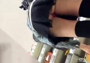 【パンチラ逆さ撮り盗撮動画】女の子のミニスカにスマホを突っ込んで食い込みパンツを撮影www