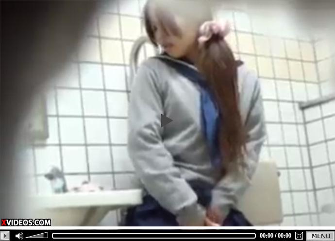 【無修正盗撮動画】公衆トイレでオナニーする現役JKを隠し撮り…無毛マンコを指で弄り絶頂www
