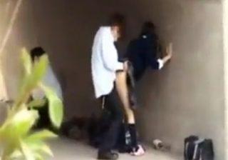 【セックス隠撮動画】高架下で高校生カップルが友達に見張りをさせて性行為する様子をこっそり撮影www