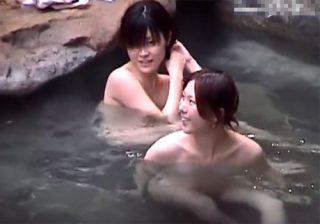 【風呂隠撮動画】温泉旅行中の女子大生2人組が露天風呂でくつろぐ様子を撮影…美しい裸が丸見えwww