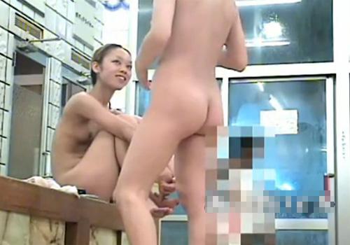 【銭湯盗撮動画】スーパー銭湯の脱衣所で風呂上がりに寛ぐ女子大生の裸を存分に捉えるwww