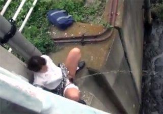 【野外盗撮動画】股間押さえて失禁寸前の制服JKが我慢出来ずにパンツを脱ぎ勢いよく野ションwww