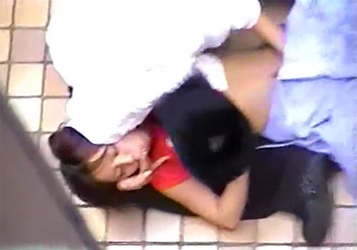 【野外盗撮動画】人気のない路地裏でJCカップルを隠し撮り…貧乳おっぱいとおまんこを弄りまくるwww