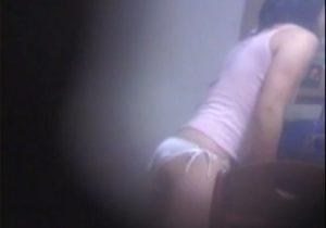 【家庭内盗撮動画】台所でJCのロリ妹がテーブルの角に割れ目を押し当てオナニーwww