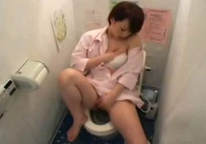 【オナニー盗撮動画】病院のトイレで新人ナースがおしっこ後に、自慰行為でストレス発散www