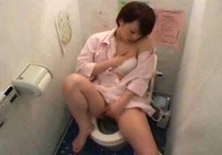 【オナニー隠撮動画】病院のトイレで新人ナースがおしっこ後に、自慰行為でストレス発散www