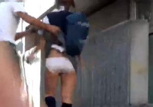 【悪戯盗撮動画】街中で制服女子校生がいきなりスカートを捲り上げられパニックになるwww