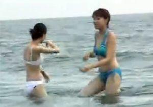 【ビーチ隠撮動画】ハプニング続出…ビキニ水着の素人ギャルのおっぱいポロリwww
