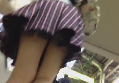 【パンチラ逆さ撮り隠撮動画】駅構内の階段でミニスカ女子達の下着をローアングルで覗き見るwww