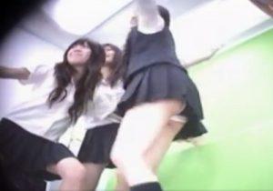 【パンチラ逆さ撮り盗撮動画】プリクラ撮影に夢中の女子校生たちの生パンティを次々とゲットwww
