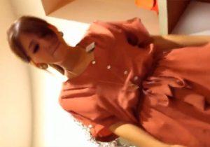 【胸チラ・パンチラ盗撮動画】小型カメラを使い、服屋の美人店員さんの谷間、股間を隠し撮りwww