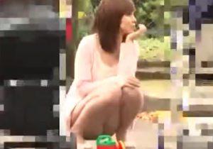 【パンチラ隠撮動画】公園に居たミニスカ美人若妻達のパンツを興奮しながら撮影www