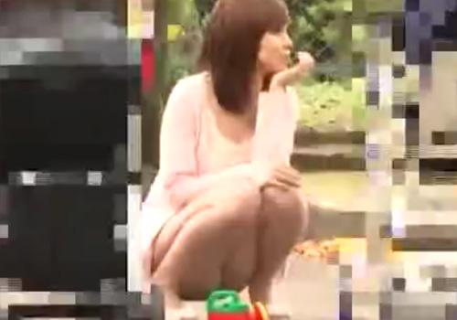 【パンチラ盗撮動画】公園に居たミニスカ美人若妻達のパンツを興奮しながら撮影www