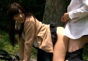 【青姦盗撮動画】お金が惜しい学生カップルが真昼間から公園の茂みの中で着衣セックスwww