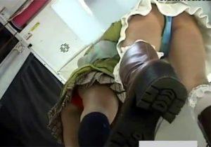【パンチラ逆さ撮り盗撮動画】プリクラブースで素人ギャルのパンツをローアングルで見放題www