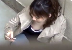 【胸チラ隠撮動画】街中で胸元がガラ空きな素人お姉さん達の乳首が見えた決定的瞬間www
