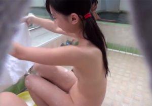 【銭湯盗撮動画】番台のおばちゃんが謝礼を受け取り、JC少女の未成熟な裸をこっそり隠し撮りwww