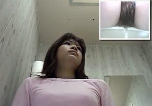 【トイレ盗撮動画】女子大生は洋式トイレの便器内の隠しカメラに気づかずに勢いよくオシッコwww
